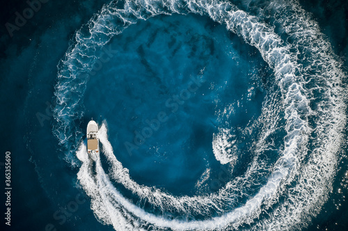 Obraz Speed boat in mediterranean sea making a cyrcle from bubbles, aerial view - fototapety do salonu