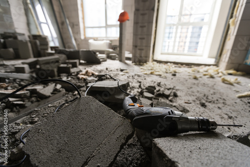 Obraz na plátně Wall smashed into debris room in apartment ready for renovation with destroyed s