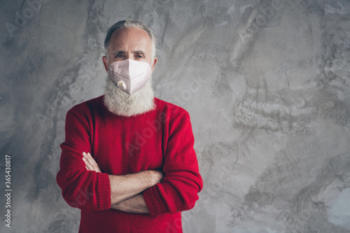 Fotografía Portrait of his he nice elderly gray-haired guy wearing n95 respirator co2 air p