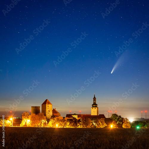 Photo Komet Neowise über Burg Querfurt bei Nacht