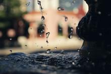 Gotas De Agua Cayendo Por Una ...
