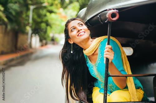 Pretty Indian woman in a auto rickshaw Billede på lærred
