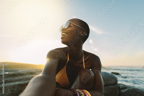 Woman having great time on beach vacation Canvas-taulu