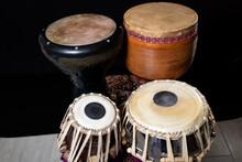 Este Es Un Set De Tambores De Medio Oriente Que Incluye El Tabla (Abajo), Darbuka (Arriba Izquierda) Y Tombak (Arriba Derecha)
