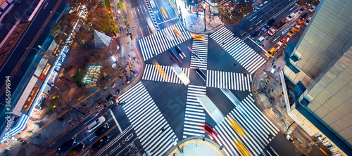 Fototapeta Traffic and people cross a busy intersection in Ginza, Tokyo obraz