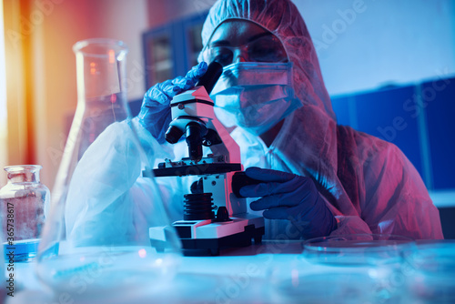 Doctor in the laboratory analyzes samples under a microscope Fototapet