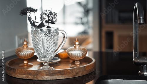 Foto en primer plano de un conjunto de jarrones y vasijas muy bien acomodados, al fondo un bonito loft con vistas al mar