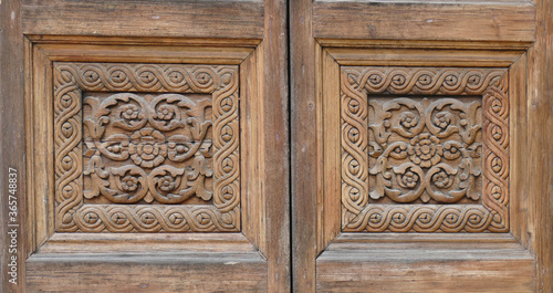 Photo Elaborate carved wooden doors of Cathedral of St Catherine