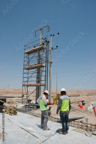 Fototapeta Galpon metalico construccion trabajadores  postes  de electricidad galvanizado estructura metalica industria mineria obraz na płótnie