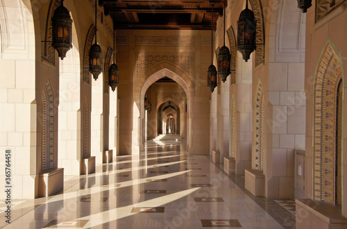 The contemporary architecture of Sultan Qaboos Grand Mosque in Muscat, Oman, is enhanced by dramatic corridors and colonnades Fototapet