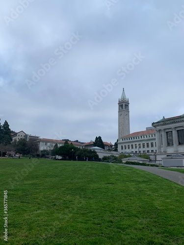 Foto UC Berkeley on cloudy day at Memorial Glade