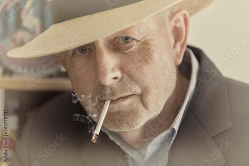 Mann mit Zigarette im Mund Fotobehang