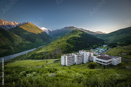 Papel de parede Beautiful Caucasus mountains, Karmadonskoe gorge and hotel abandoned after tragedy when the Kolka glacier claimed the lives of hundreds of people in 2002