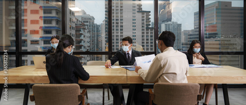 Foto new normal practise businesspeople wear mask and keep social distance