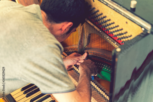 Photographie Piano tuning process