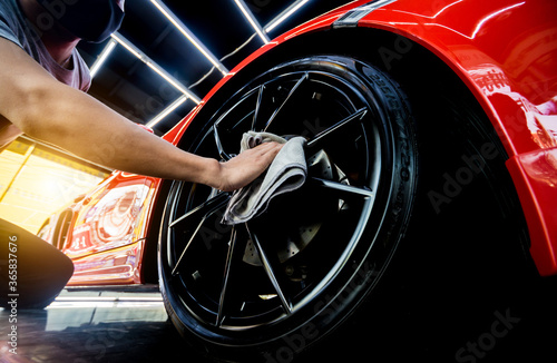 Car service worker polishing car wheels with microfiber cloth. Tapéta, Fotótapéta