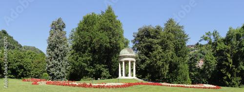 Photo parco con fiori e gazebo di marmo a como in italia, park with flowers and marble