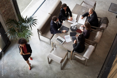 Photo Team of financial advisors planning with business colleagues during meeting at l