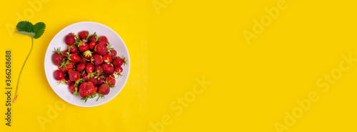Valokuva Strawberries on a plate on a yellow background