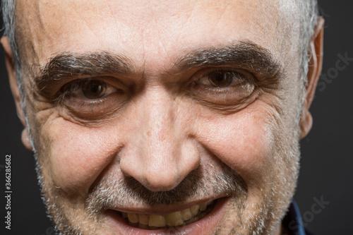 Ritratto di uomo  di mezza età sorridente , isolato su sfondo nero Billede på lærred