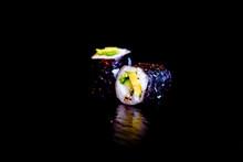 Makis Avocat Concombre - Photo De Sushis, Makis, California, Chirashis, Sashimis, Temakis, Yakitoris Et Plateaux Sur Fond Noir