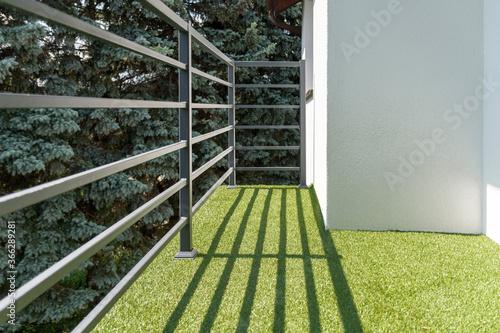 Fotografia balcony railing with a synthetic grass
