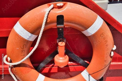 un bouée de sauvetage qui vient d'une bateau qui fait la liaison entre les ports Canvas Print