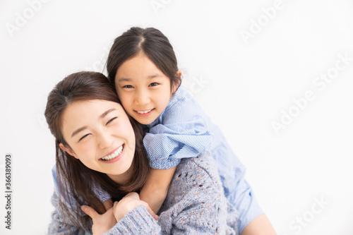 Fotomural 笑顔の親子 おんぶ