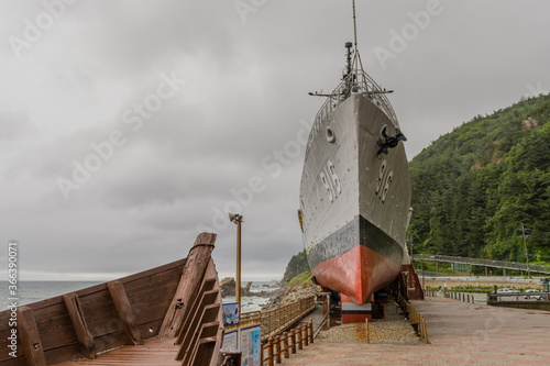 Photo Wooden boat and battleship