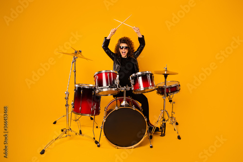 Tela Full body photo of popular rocker redhair lady plays instruments beat raise hand