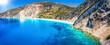 Panoramablick des Strandes Myrtos auf der Insel Kefalonia, einer der schönsten Strände der Welt mit leuchtend, türkisfarbendem Meer und feinem Kies am Fuße der Felsen, Griechenland