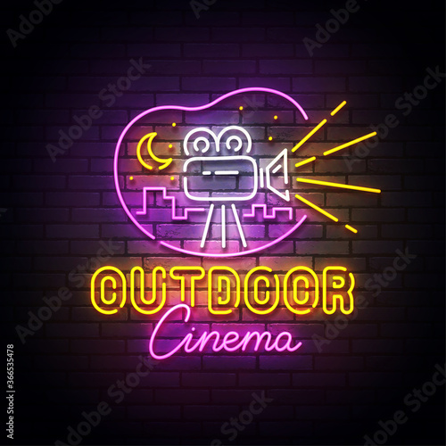 Photo Outdoor cinema neon sign, drive-in movie theater with cars on open air parking logo neon, emblem
