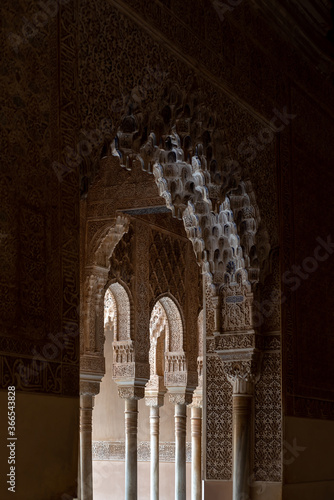 Fotografía Moorish arches in the Court of the Lions in The Alhambra, Granada, Spain