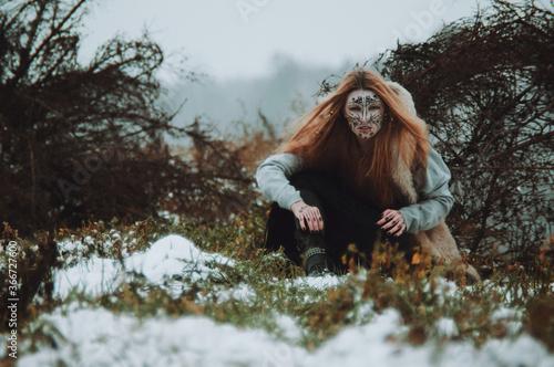 Fototapeta Una bruja novata en un campo en invierno
