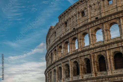 Fotografering Rzymskie Coloseum na tle zachmurzonego nieba