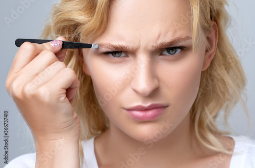 Fotografía Beautiful blond woman with curly hair having Permanent Make-up Tattoo on her Eyebrows