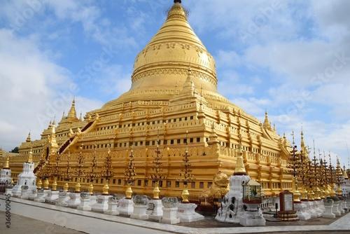 Obraz na plátně One of the magnificent Bagan pagodas, Shwezigon Pagoda