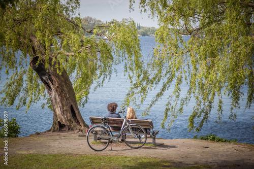 Fotografija couple riding bikes