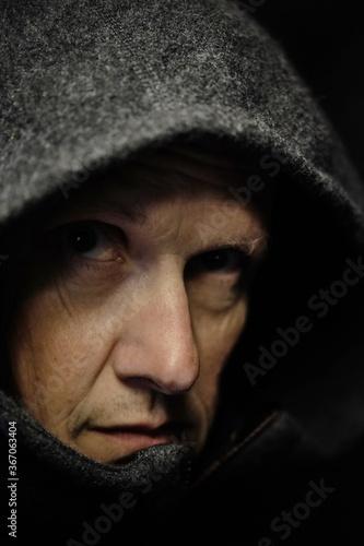 Portrait Mann ca 50, Gesicht unter Kapuze Fotobehang