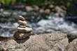 Yoga, Meditation - aufeinandergestapelterunde Steine am Fluss