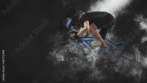 Photo Man racing cyclist in motion on smoke background. Sports banner