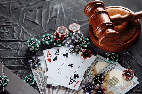 Photo Concept of legal regulation of gambling, justice gavel and dice on the background of an old grey table