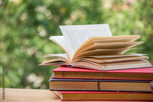 Valokuvatapetti Libro abierto sobre otros libros
