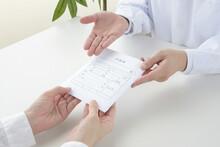 薬局での薬の受け渡しの場面イメージ