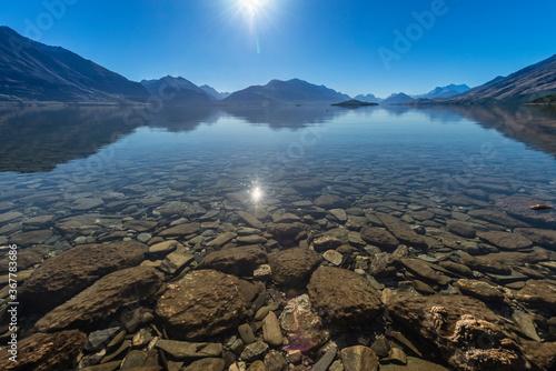 Foto Prisitne clear still water of Lake Wakatipu in New Zealand