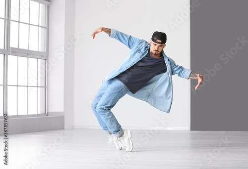 Male hip-hop dancer in studio Fototapete