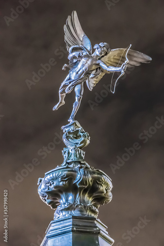 Photo Statue of the god of love Eros (1892) on top of the Shaftesbury Memorial Fountain in Piccadilly Circus at night