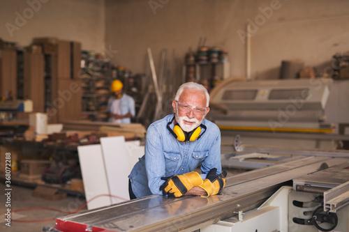 Fotografia Mature elderly joiner at work