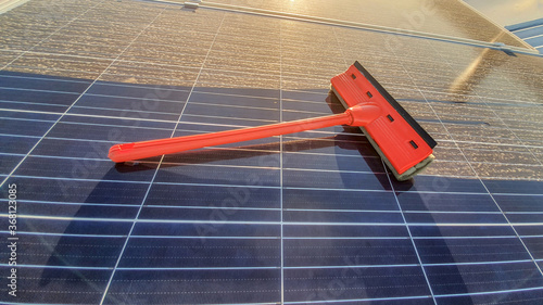 cleaning dirty solar panel at sunset Slika na platnu