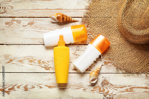 Obraz Beach accessories with sunscreen cream on white wooden background - fototapety do salonu